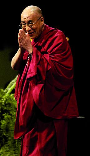 Dalai-lama-debout-salut