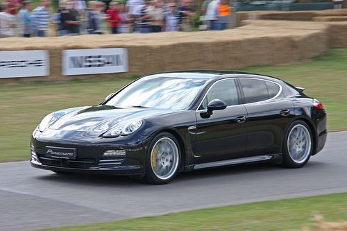 800px-Porsche_Panamera_4S